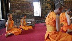 Kiotsana (meest links) is 11 en leerling monnik in de Wat Pho, de grootste, oudste en drukst b...JPG
